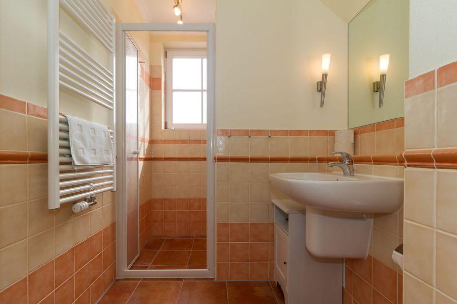 Blick in das Badezimmer der Wohnung 17 in der Residenz Leuchtturm