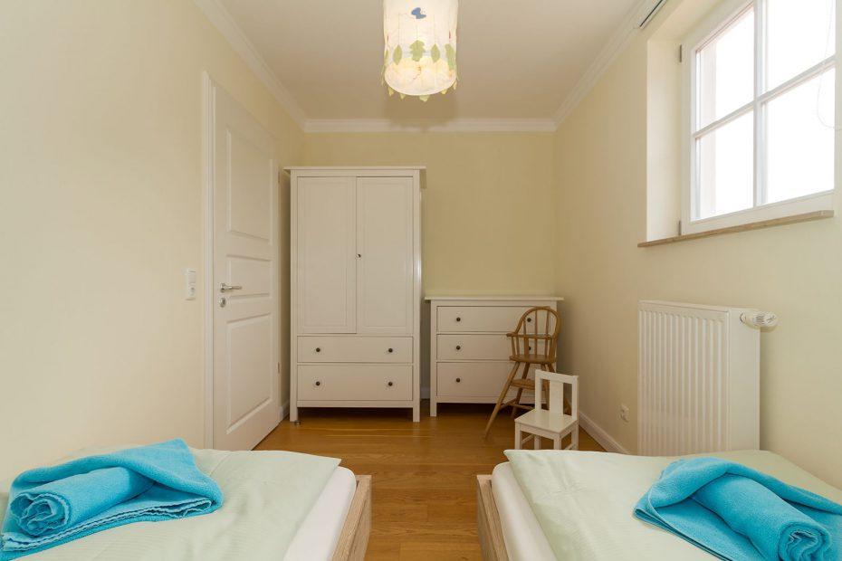 Schrank und Komode im Kinderschlafzimmer in der Residenz Leuchtturm
