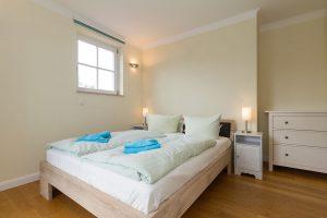 Bett im Schlafzimmer der Residenz Leuchtturm Whg. 17